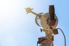 Beobachten des Sun mit Teleskop Sonnenfinsternisteleskop Solar Lizenzfreie Stockfotos