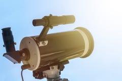 Beobachten des Sun mit Teleskop Sonnenfinsternisteleskop Solar Stockfotos