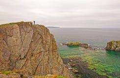 Beobachter auf Rocky Ocean Coast Stockbild