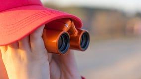 Beobachter in einer Kappe Stockfotos