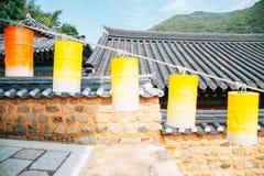 Beomeosatempel, Koreaanse traditionele architectuur en kleurrijke lantaarns in Busan, Korea stock afbeelding