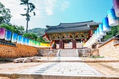 Beomeosatempel, Koreaanse traditionele architectuur en kleurrijke lantaarns in Busan, Korea stock fotografie