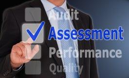 Beoordeling - Manager met touchscreen en tekst stock afbeeldingen