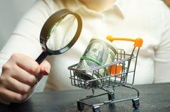 Beoordeling van rentevoeten op stortingen en leningen Het gevoel van de consument van de bevolking Het niveau van de economie en  stock afbeelding