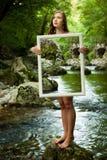 夫人自然- beoutiful年轻wman站立本质上与框架的 图库摄影