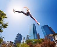 Bepaald geschikt meisje die hoog in park springen stock foto