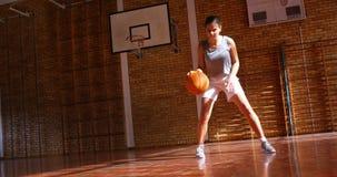 Bepaald schoolmeisje het praktizeren basketbal 4k stock video
