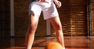 Bepaald schoolmeisje het praktizeren basketbal 4k stock videobeelden