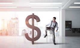 Bepaalde bankiersmens in het moderne cijfer van de bureau binnenlandse brekende dollar Stock Fotografie