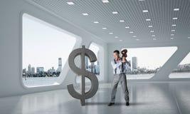 Bepaalde bankiersmens in het moderne cijfer van de bureau binnenlandse brekende dollar stock afbeeldingen