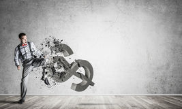 Bepaalde bankiersmens in leeg concreet fig. van de ruimte brekend dollar Stock Foto's
