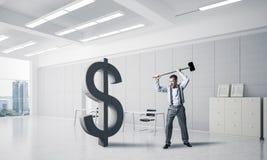 Bepaalde bankiersmens in moderne bureau binnenlandse brekende dollar Stock Afbeelding