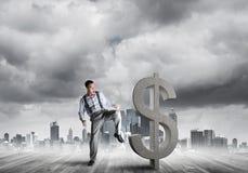 Bepaalde bankiersmens tegen het moderne cityscape brekende cijfer van het dollarcement Stock Afbeeldingen