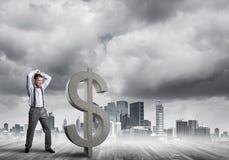 Bepaalde bankiersmens tegen het moderne cityscape brekende cijfer van het dollarcement Royalty-vrije Stock Foto's