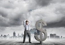 Bepaalde bankiersmens tegen het moderne cityscape brekende cijfer van het dollarcement Stock Foto's
