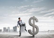 Bepaalde bankiersmens tegen het moderne cityscape brekende cijfer van het dollarcement Stock Foto