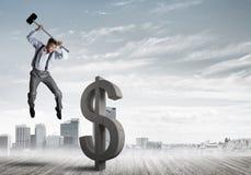 Bepaalde bankiersmens tegen modern cityscape brekend dollar concreet cijfer Stock Foto's