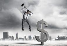 Bepaalde bankiersmens tegen moderne cityscape brekende dollar c royalty-vrije stock afbeeldingen