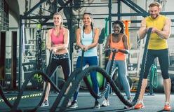 Bepaalde en sterke vrolijke mensen tijdens functionele opleiding stock afbeelding