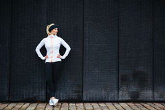 Bepaalde vrouw die na jogging in de stad rusten Stock Afbeelding
