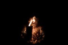 Bepansrad riddare i mörker med facklan arkivfoton