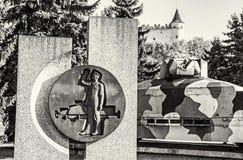 Bepansrat drev Hurban med skulptur och slott i Zvolen som är slovakisk Royaltyfri Fotografi