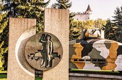 Bepansrat drev Hurban med skulptur och slott i Zvolen som är slovakisk Arkivfoto