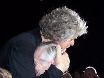 Beppe Grillo omhelst affectionately een bejaarde persoon stock fotografie