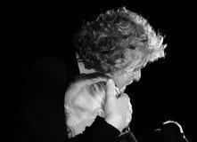 Beppe Grillo omhelst affectionately een bejaarde persoon stock afbeelding