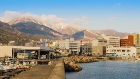 Beppu-Berge und -stadt bedeckt mit Schnee stockfotografie