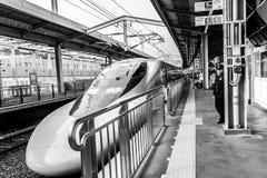 Beppu Japan - December 30, 2009: Beppu för ankomster för Shinkansen kuldrev station, passagerare som väntar på ett drev royaltyfri foto