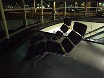 Bequeme deckchairs für den Rest der Passagiere der Flughafenflüge Schiphol Amsterdam in Holland lizenzfreies stockbild