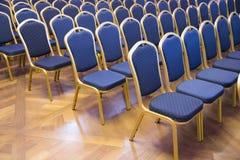 Bequeme Sitze im leeren Hauptversammlungsbüro für Darstellung Lizenzfreie Stockfotografie