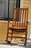 Bequemer Adirondack-Schaukelstuhl auf Eingangsterrasse Stockfotos