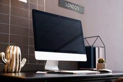 Bequemer Arbeitsplatz mit Computer auf Schreibtisch Lizenzfreies Stockfoto