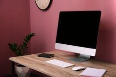 Bequemer Arbeitsplatz mit Computer auf Schreibtisch Lizenzfreie Stockbilder