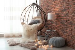 Bequemer hängender Stuhl im modernen Wohnzimmer lizenzfreies stockfoto