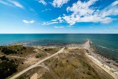 Bequemer Strand der Ostsee mit Felsen und grünem vegetat Stockbilder