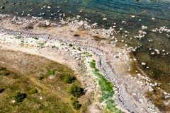 Bequemer Strand der Ostsee mit Felsen und grünem vegetat Lizenzfreies Stockfoto
