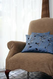 Bequemer Stuhl durch Window stockfotografie