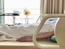 bequemes Bett im Krankenhaus lizenzfreie stockfotografie