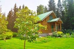 Bequemes hölzernes Blockhaus in der Erholungsstätte in Nationalpark Zyuratkul in Satka, Süd-Urals, Russland Lizenzfreie Stockfotografie