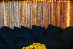 Bequemes Marineblausofa im Wohnzimmer lizenzfreie stockfotos