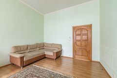 Bequemes neues Sofa lizenzfreies stockbild