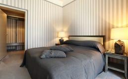 Bequemes Schlafzimmer lizenzfreie stockfotos