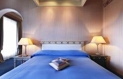 Bequemes Schlafzimmer, doppeltes Bett lizenzfreie stockfotografie