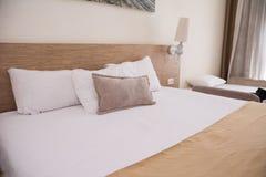Bequemes weißes Bett großer badroom Innenraum Ausgewählter Fokus Stockfotografie