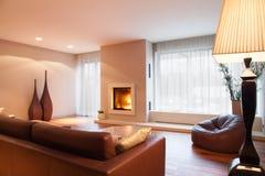 Bequemes Wohnzimmer mit Kamin Stockbilder