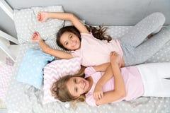 bequemlichkeit häuslicher Komfort für kleine Mädchen kleine Mädchen sind zusammen glücklich Zeit zu Hause genießen lizenzfreies stockbild