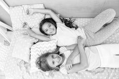 bequemlichkeit häuslicher Komfort für kleine Mädchen kleine Mädchen sind zusammen glücklich Zeit zu Hause genießen lizenzfreies stockfoto